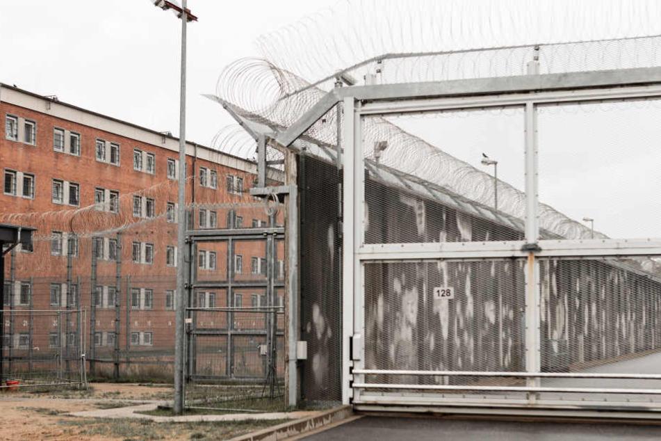 Ein Zellentrakt und Sicherungsanlagen auf dem Gelände der Justizvollzugsanstalt (JVA) Lübeck.