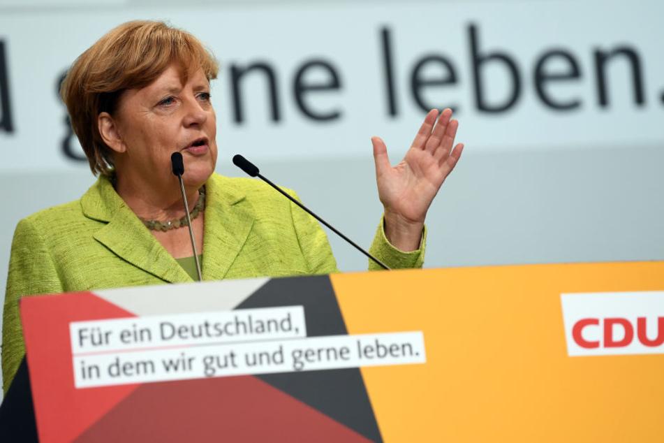 """Trotz """"Buh""""- und """"Volksverräter""""-Rufen zog Angela Merkel (63, CDU) ihre Rede auf dem Torgauer Marktplatz unbeirrt durch."""
