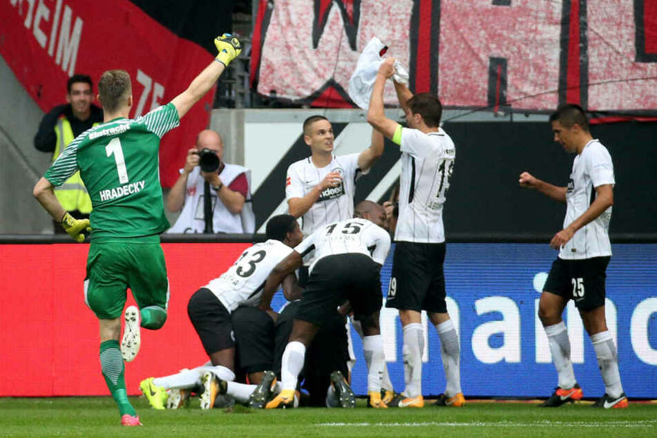 Sebastian Haller (Verdeckt) jubelt mit seinen Mitspielern über sein Tor zum 2:1