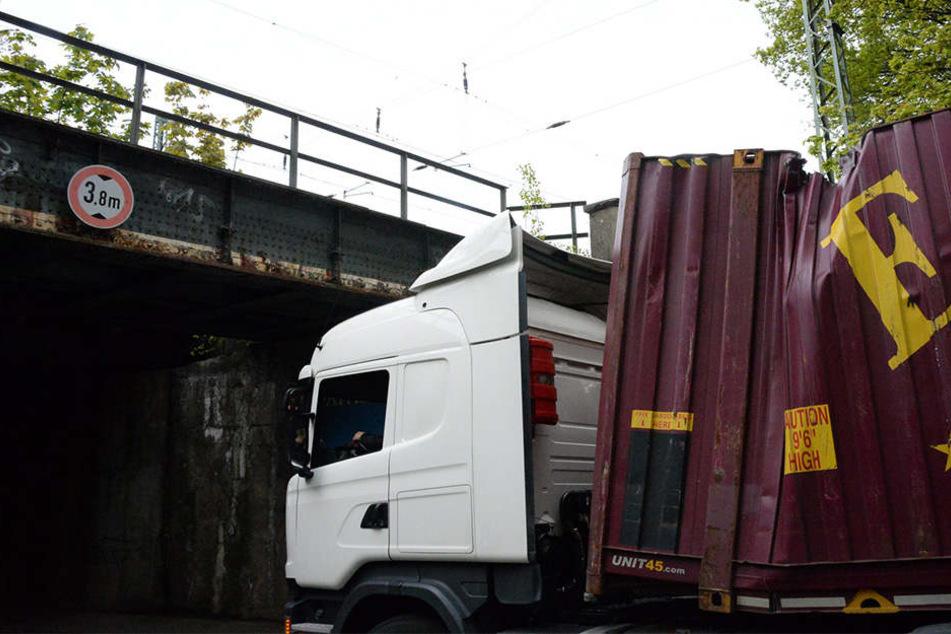 Der Container wurde durch den Zusammenstoß komplett eingedrückt.