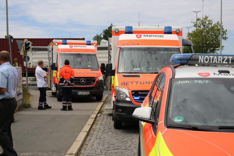 Rettungsdienst und Notarzt rückten an, um sich um die Fahrgäste und den Busfahrer zu kümmern.