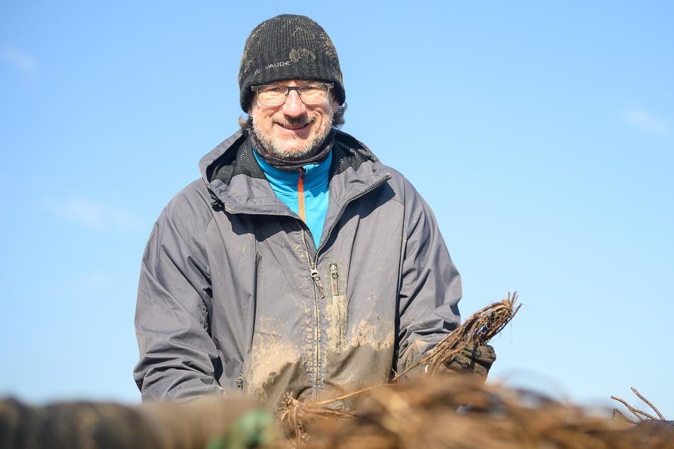 Tore Drapalla, eigentlich Friseur, arbeitet auf einem Feld als Helfer in der Landwirtschaft. Er pflanzt neue Spargelpflanzen. Landwirte machten sich indes Sorgen, dass nicht ausreichend Erntehelfer aus Osteuropa nach Deutschland kommen.