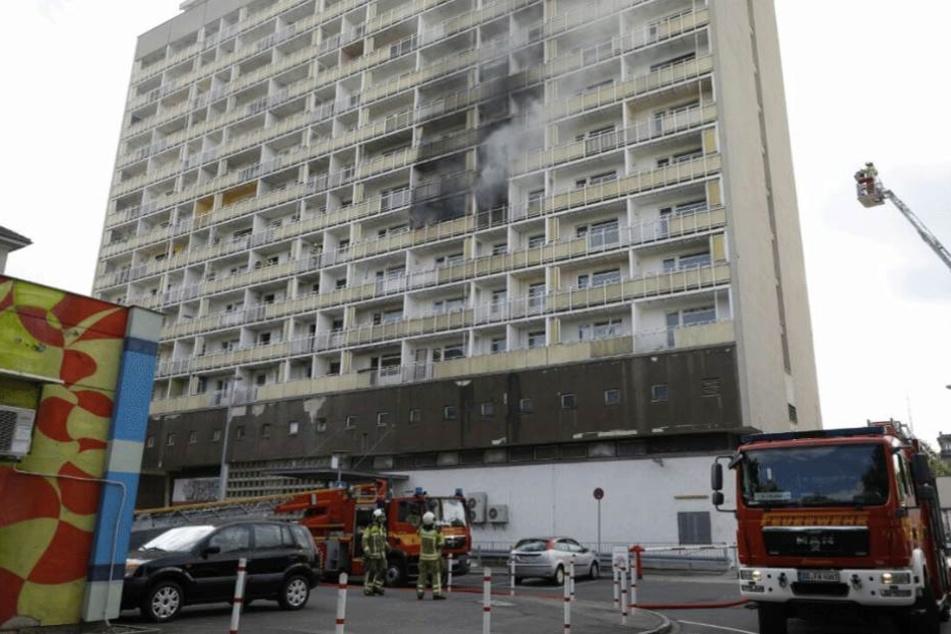 Feuerwehr am brennenden Hochhaus am Pirnaischen Platz.