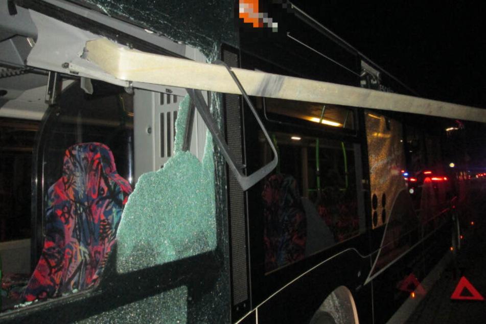 Scheibe durchbohrt! Dramatischer Bus-Unfall bei Hamburg