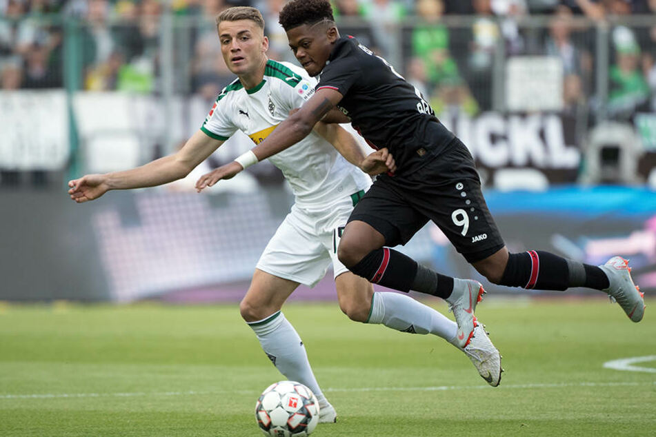 Shooting-Star gegen Newcomer: Gladbachs Bundesliga-Debütant Louis Beyer (l.) im Duell mit Leverkusens Sprinter Leon Bailey (r.).