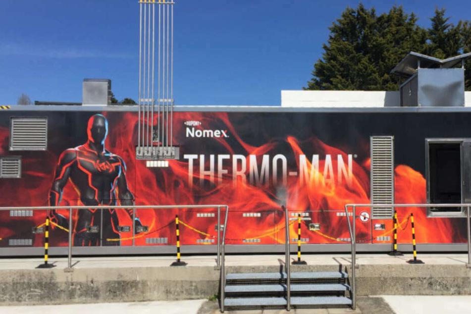 """Die Firma DuPont zeigt auf dem Freigelände Simulationstests am """"Thermo Man"""". In einem Container wird Schutzbekleidung 1000 Grad ausgesetzt."""