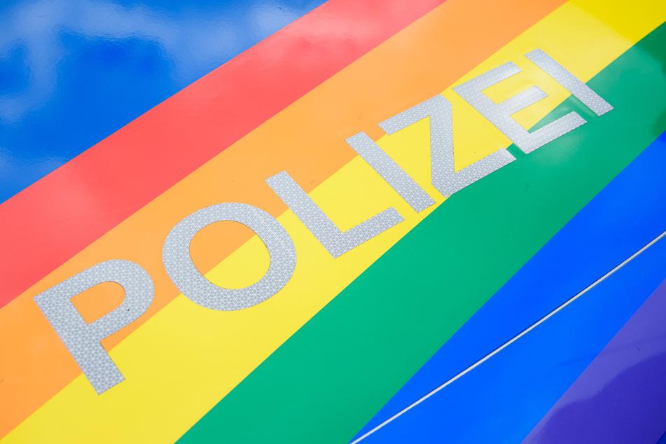 Ein mit Regenbogenfarben beklebter Streifenwagen der Kieler Polizei steht im Rahmen des CSD (Christopher Street Day) auf dem Rathausplatz.