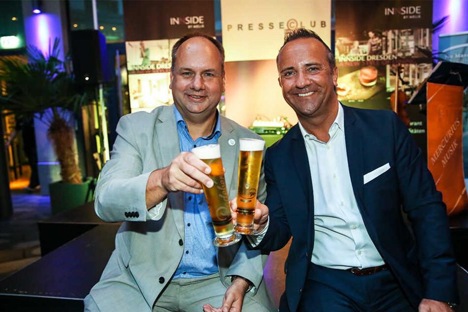 """Vor wenigen Tagen ein anderes Bild. Der OB (l.) prostet Hoteldirektor Florian Stühmer (""""Innside by Melia"""") im Presseclub zu, wirkt deutlich schlanker."""