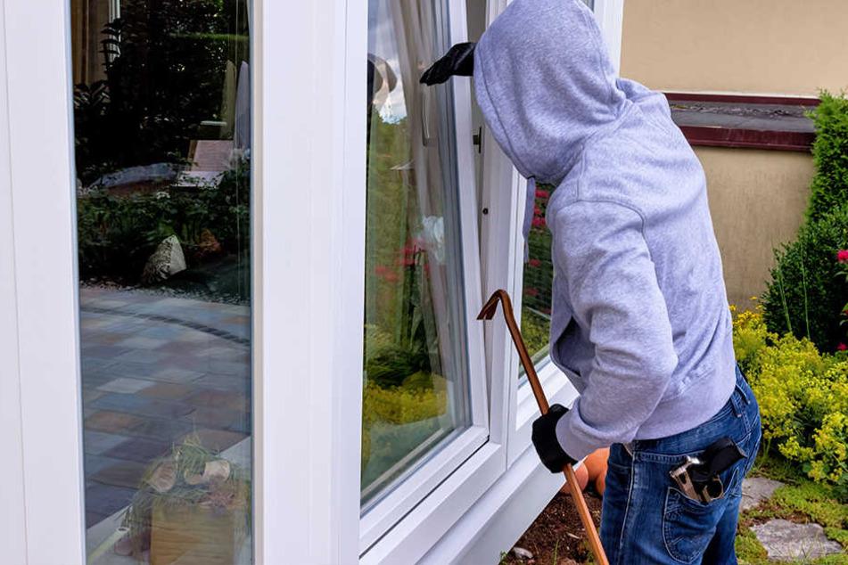 In nur wenigen Sekunden verschaffen sich Einbrecher Zutritt in die Wohnung.