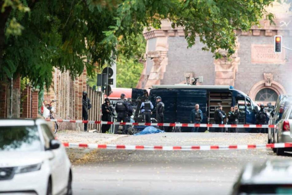 """Ein Rechercheteam des WDR, NDR und der """"Süddeutschen Zeitung"""" soll nun Einblicke in Videoaufnahmen des Terroranschlags von Halle erhalten haben."""