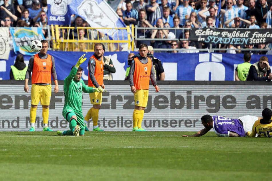 """Cebio Soukou (2.v.r.) erzielt im Fallen und mit etwas Glück das 2:0 für die """"Veilchen""""."""