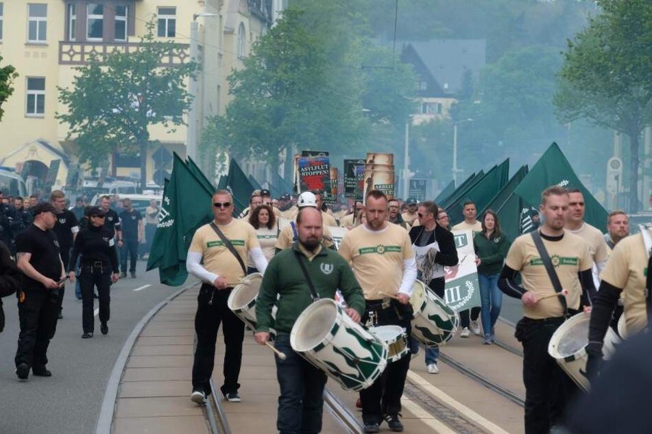 """Die rechtsextreme Partei """"Der III. Weg"""" marschierte am Maifeiertag durch Plauen und durfte dabei auch Pyrotechnik zünden."""