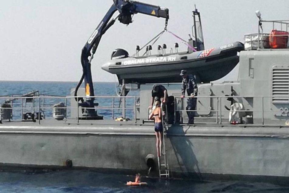 Die 47-Jährige wurde von einem Schiff der Kriegsmarine geborgen.