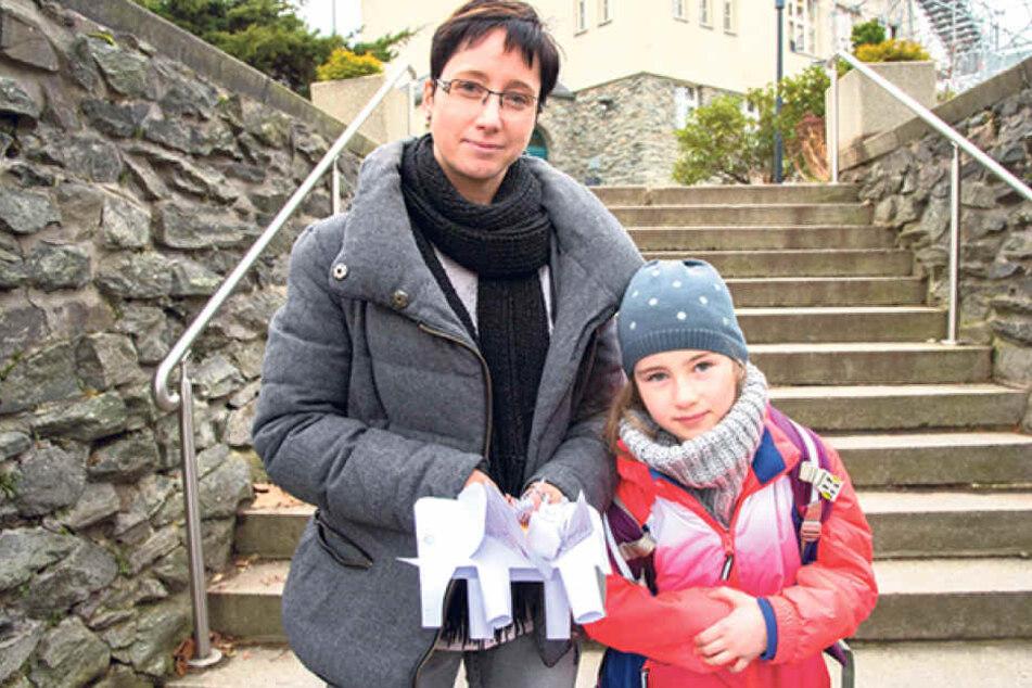 Corina Rudolph (39) und Tochter Lilly (6) sind jeden Morgen vom Schulwegstau in Glösa betroffen.