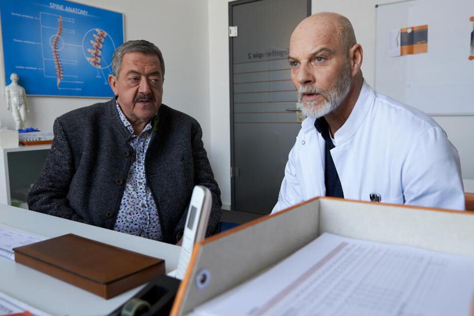 """Hofer (Joseph Hannesschläger, l) in einer Szene mit Dr. Gerhard Paulsen (Simon Licht, r) in seiner letzten """"Die Rosenheim-Cops""""-Folge."""