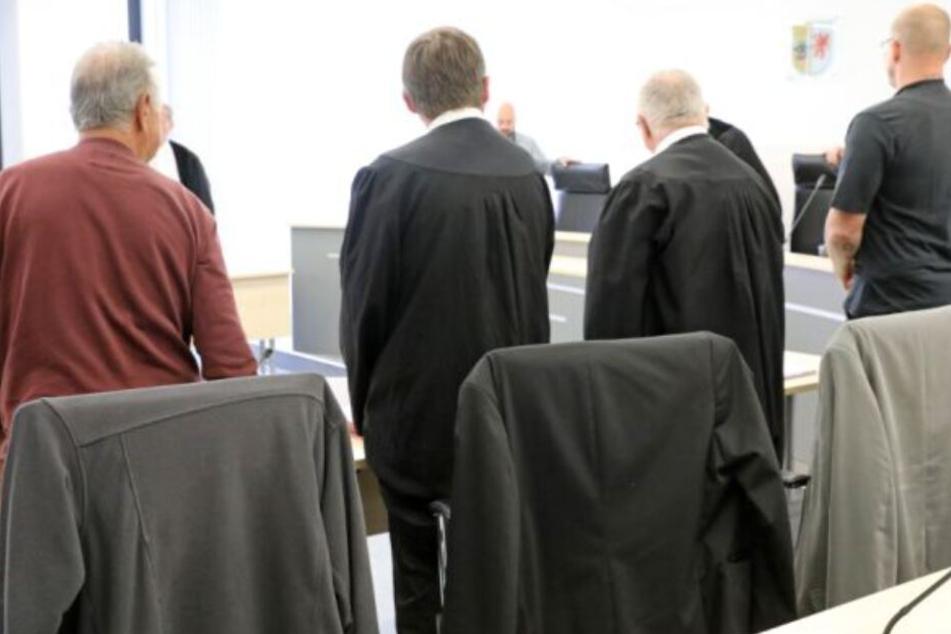 Ihr Opfer musste nackt Holz hacken: Urteil für Garten-Folterer gefallen!