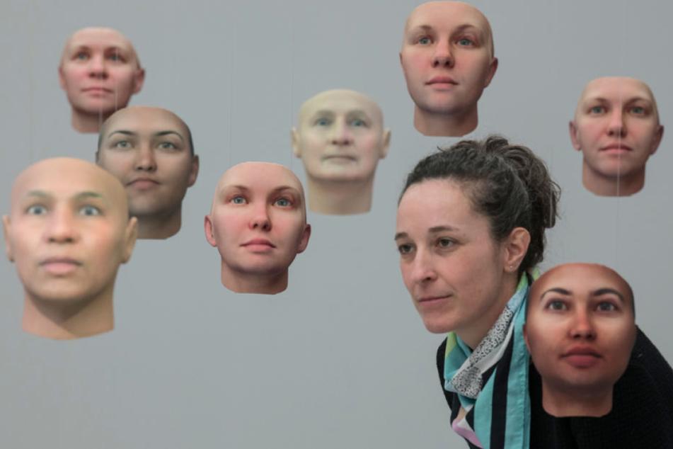 Die schwebenden Gesichter stammen allesamt aus dem 3D-Drucker. Sie entstammen der DNA von Whistleblowerin Chelsea E. Manning.