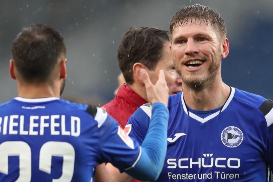 Fabian Klos (r.) freut sich über seinen 1:0-Siegtreffer.