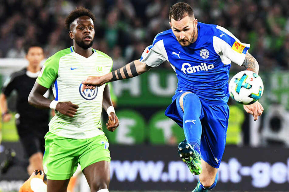 Kiels Dominik Schmidt (r.) im Duell mit Wolfsburgs Divock Origi (l.)