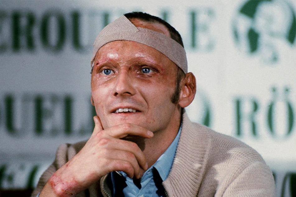Der 69-Jährige gab rund fünf Wochen nach seinem schweren Rennunfall auf dem Nürburgring mit vernarbtem Gesicht, Kopfbandage und Brandwunden eine Pressekonferenz.