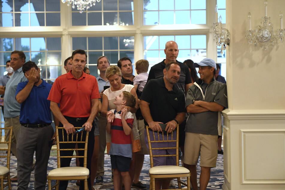 Menschen warten darauf, dass US-Präsident Trump eine Rede im Trump National Golf Club Bedminster hält.