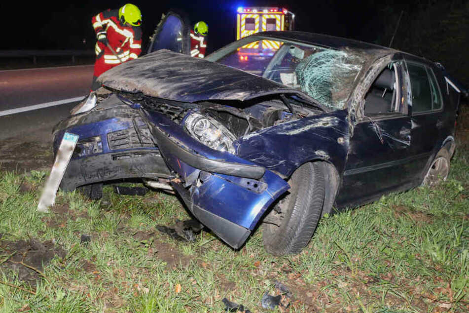 Der Golf wurde bei dem Unfall stark beschädigt.
