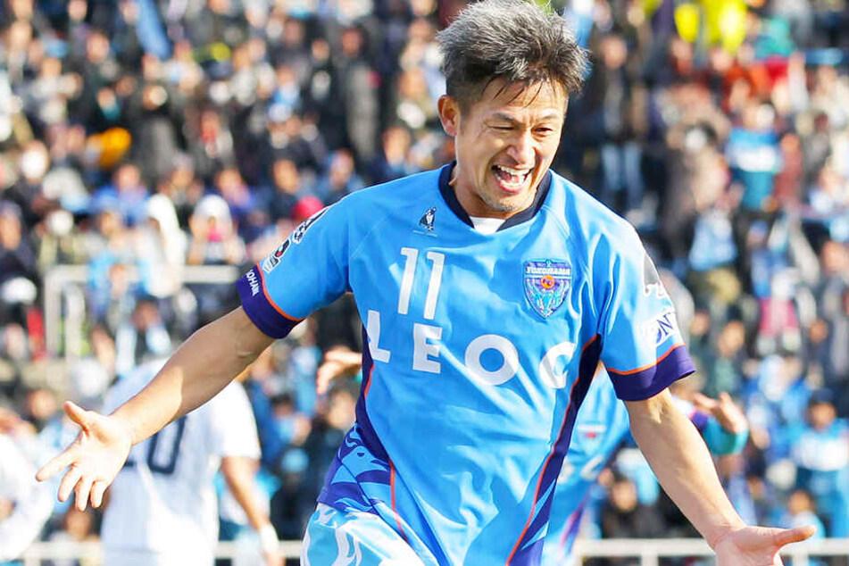 Grenzenloser Jubel: Kazuyoshi Miura traf im Alter von 50 Jahren für den Yokohama FC. Der heute 51-Jährige hat seinen Vertrag beim japanischen Zweitligisten gerade erst um ein weiteres Jahr verlängert.