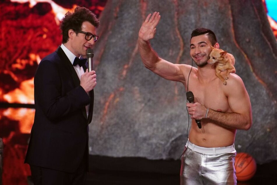Christian Stoinev mit seinem Chihuahua Percy und Moderator Daniel Hartwich