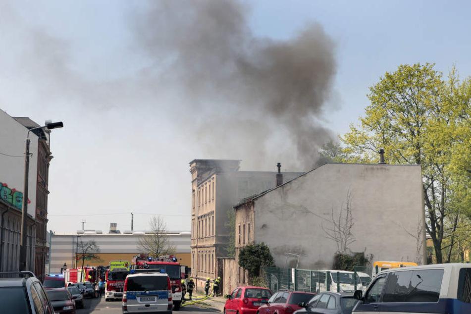 Schon von weitem war die Rauchsäule über dem Abrisshaus in der Lessingstraße sichtbar.