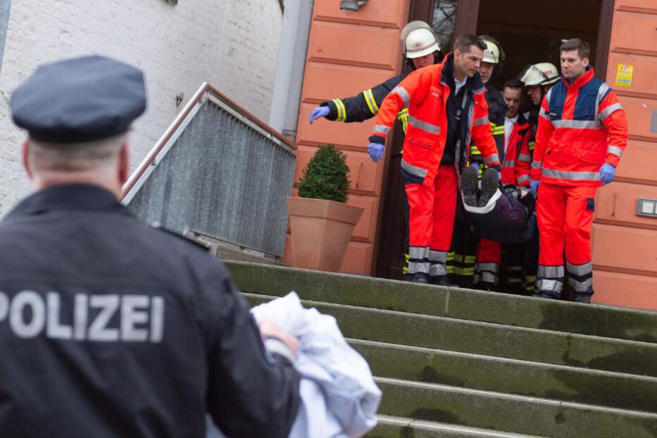 Einsatzkräfte transportieren den Verletzten zum Rettungswagen.