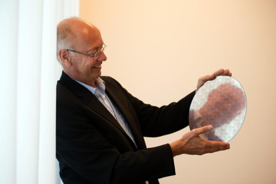 GF-Chef Rutger Wijburg (54) zeigt einen Wafer mit der  22-Nanometer-FDX-Technologie. Anfang 2017 startet die Produktion.
