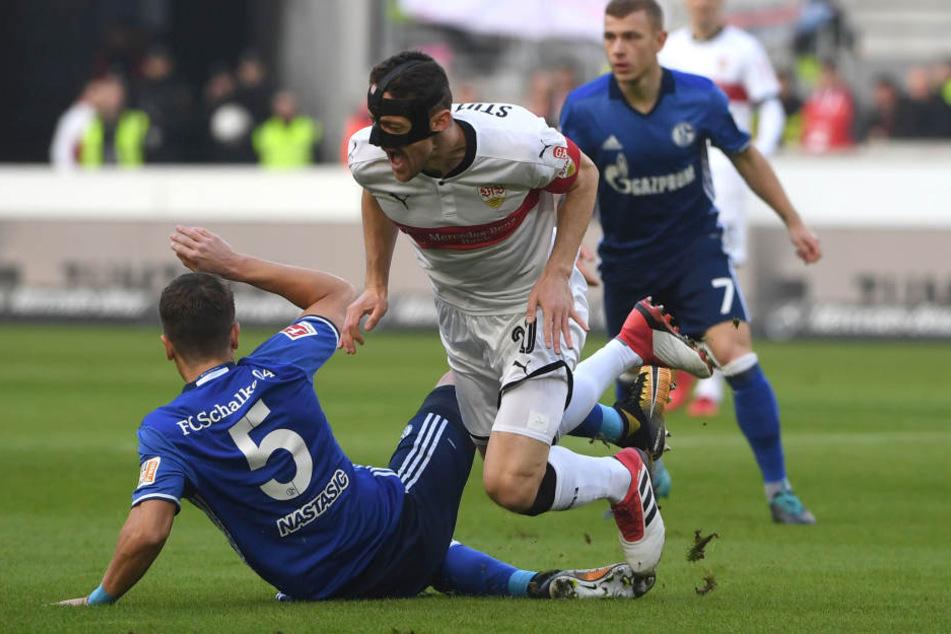 Stuttgarts Christian Gentner (r.) im Zweikampf mit Schalkes Matija Nastasic.