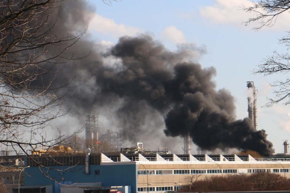 Rauch und meterhohe Flammen: Trafo-Brand in Chemiewerk löst Stromausfall aus