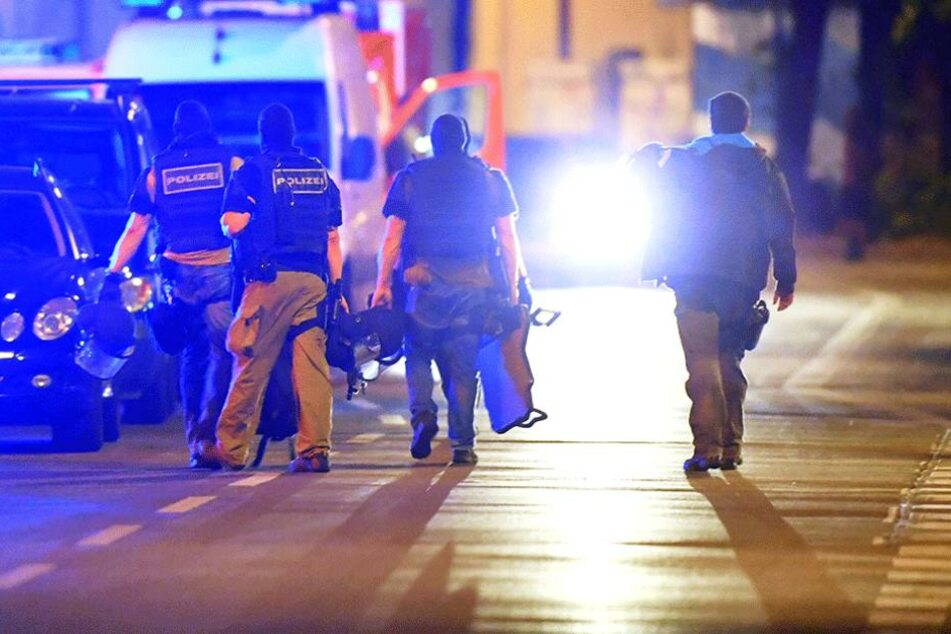 Polizeieinsatz in Tempelhof Mann mit Waffe am Fenster: SEK-Kräfte stürmen Wohnung