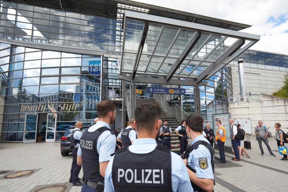 Bundesinnenminister Horst Seehofer will nach zwei Bluttaten innerhalb einer Woche an Bahnhöfen mehr Polizisten einsetzen.