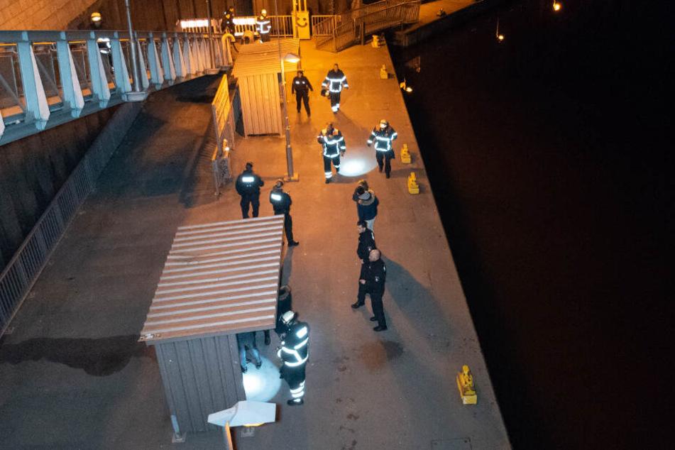 Rettungskräfte von Polizei und Feuerwehr fanden den Mann auf einem Ponton an der Elbe.