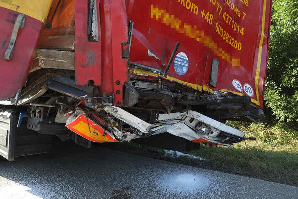 Auch für den anderen Lkw war nach dem Auffahrunfall die Weiterfahrt unmöglich.
