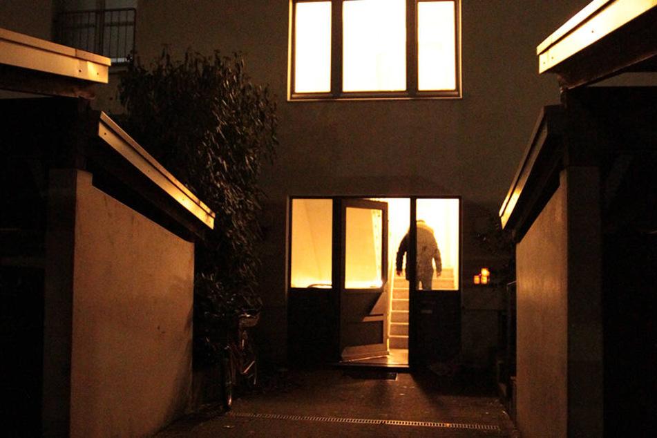 Wenn die beiden Frauen nach der Arbeit nach Hause kommen, bleibt das Licht aus.