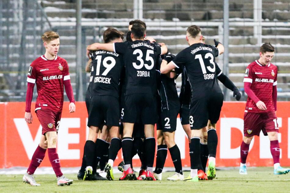 Hängende Köpfe bei Dynamo, Jubeltraube bei Türkgücü nach dem Siegtreffer der Münchner.