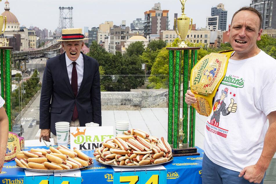 Neuer Weltrekord: So viele Hotdogs verschlingt ein Ami in zehn Minuten!