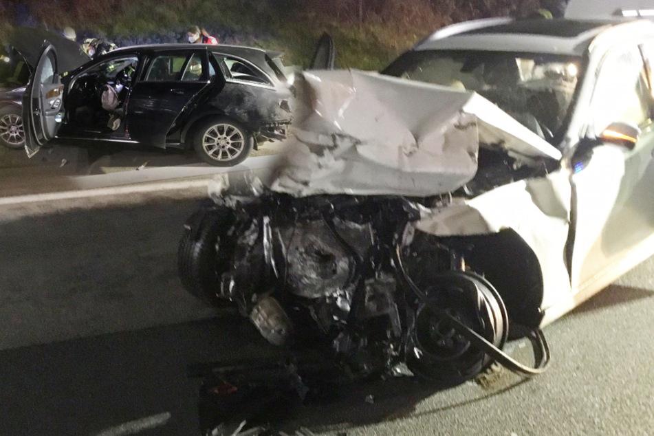 Meterlanges Trümmerfeld nach Unfall auf A66: BMW und Mercedes hinterlassen Spur der Verwüstung