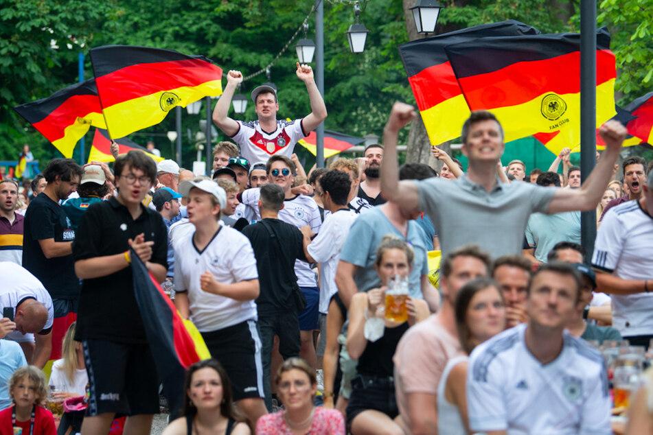 Dicht gedrängt jubeln Fans in einem Münchner Biergarten. Masken - Fehlanzeige!