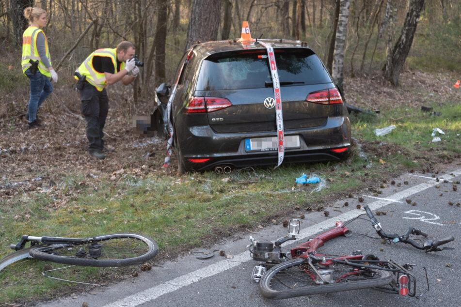 Unfall endet tödlich: Radlerin zwischen Auto und Baum eingeklemmt