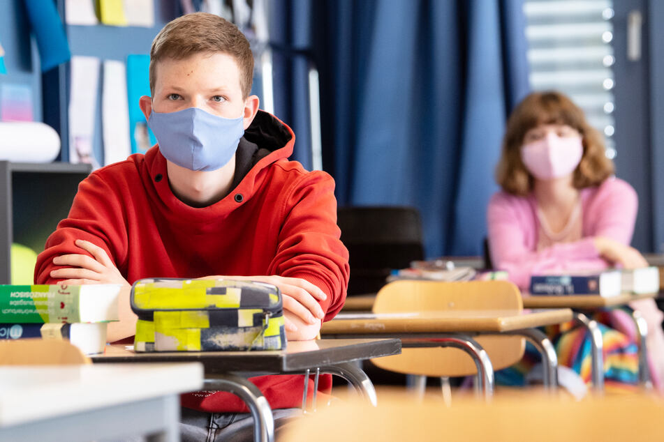 Mit der Impfung gegen Corona sind Freiheiten verbunden. Wann sind Schülerinnen und Schüler dran? (Symbolbild)