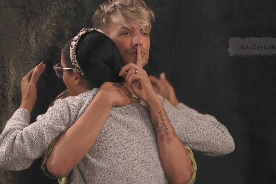 Katy Bähm versucht, Elene Lucia Ameur zu beruhigen - das macht die Dragqueen gut!