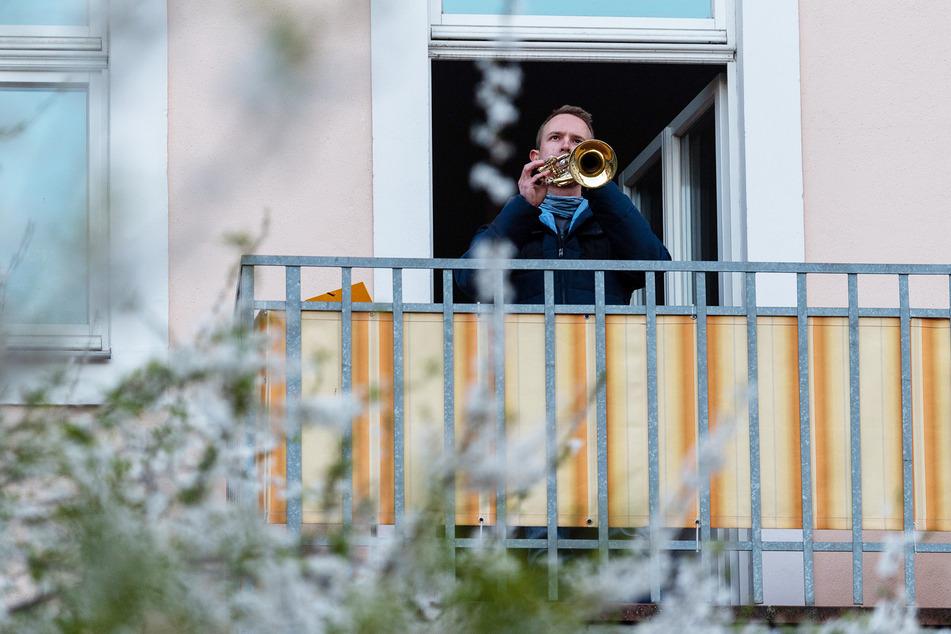 """Ein Dresdner Trompeter beteiligte sich an dem deutschlandweiten Vorhaben, die """"Ode an die Freude"""" auf Balkonen zu spielen."""