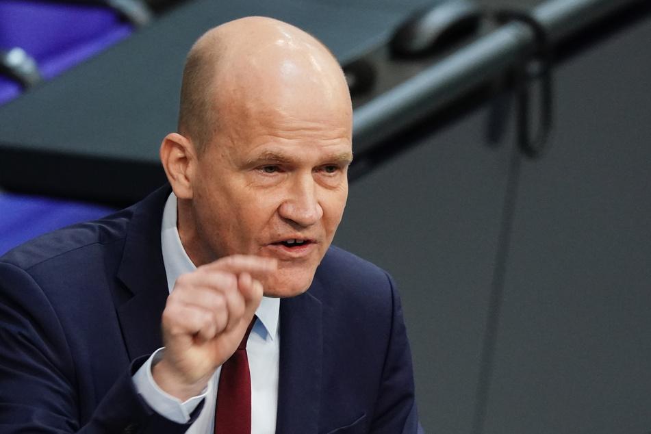 """Dem Bund mehr Kompetenzen einzuräumen, begrüßte Ralph Brinkhaus (52, CDU). """"Wir sind als Bundestag unglücklich darüber, dass der Spielraum, den wir den Ländern im Infektionsschutzgesetz geben, zu oft uneinheitlich ausgeübt wird"""", sagte er."""