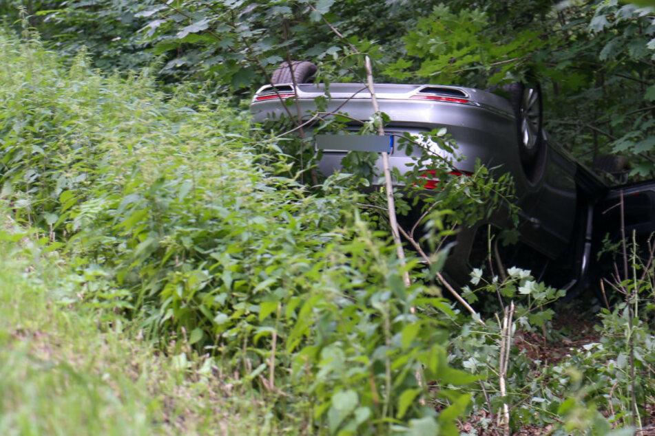 VW überschlägt sich und bleibt auf Dach liegen: Ein Verletzter bei Unfall