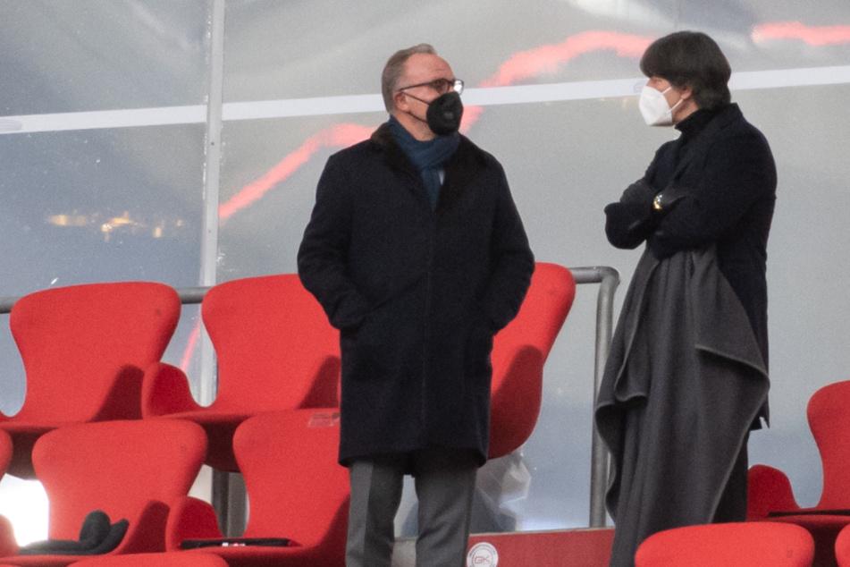 Karl-Heinz Rummenigge (l.), Vorstandsvorsitzender der FC Bayern München AG, und Bundestrainer Jogi Löw unterhalten sich auf der Tribüne.