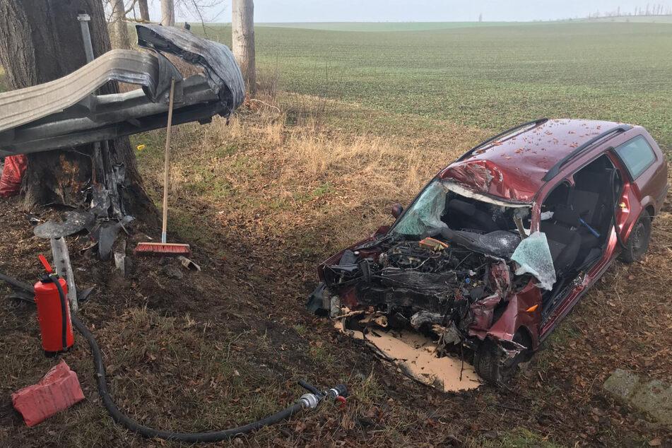 Der stark beschädigte Ford Mondeo liegt neben der Straße.